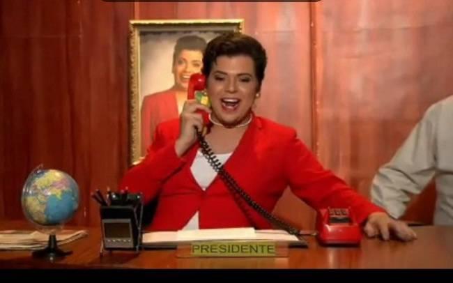 O humorista Gustavo Mendes caracterizado como a ex-presidente Dilma
