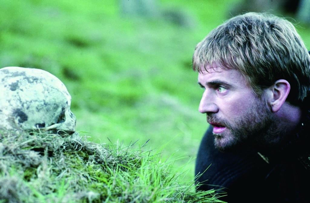 Mel Gibson investindo em Shakespeare na tragédia Hamlet