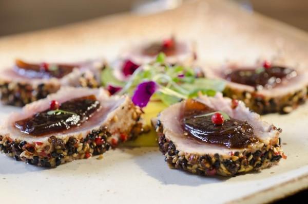 Atum selado em crosta de gergelim e pimenta-de-aroeira, servido com musseline de mandioquinha e cebola confitada. FOTO: Lígia Skowronski