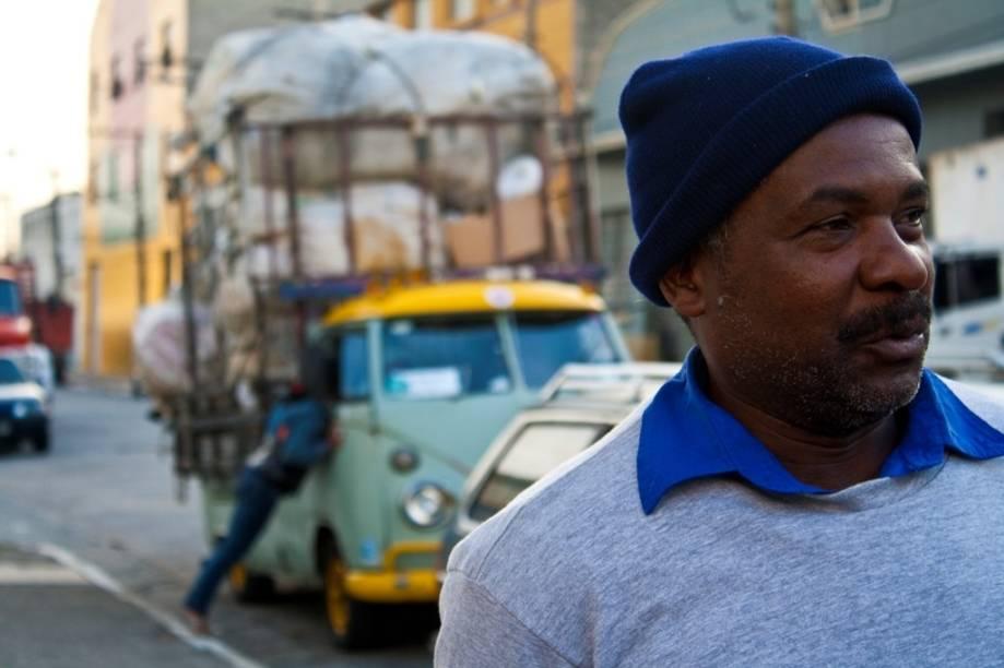 Efeito Reciclagem: documentário mostra a vida de Claudinês Alvarenga, um homem que faz do lixo reciclável seu trabalho