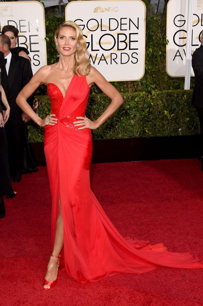 A atriz Heidi Klum escolheu um longo vermelho e com decote diferente da grife Atelier Versace (Foto: Reprodução/Fashionista)