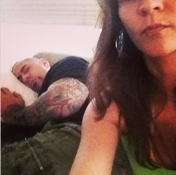 Antes do jogo, o Henrique Fogaça se esparramou em uma soneca como registro em selfie sua mulher, Fernanda Corvo