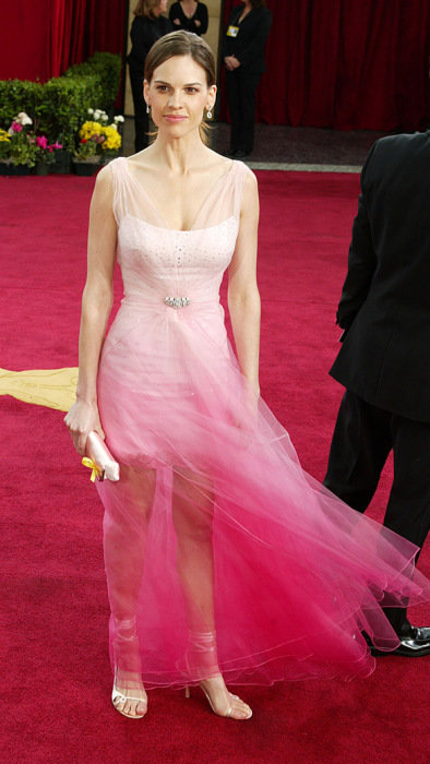 A atriz Hilary Swank veste DIor no oscar 2003. A barra rendada da saia mais curta e o tule transparente não agradou nem um pouco. (Foto: Reprodução)