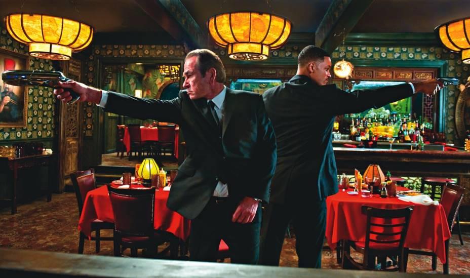 Tommy Lee Jones e Will Smith no divertido 'Homens de Preto 3': a ficção científica de sucesso