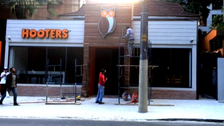 Fachada com a coruja: os últimos retoques na fachada foram dados ontem