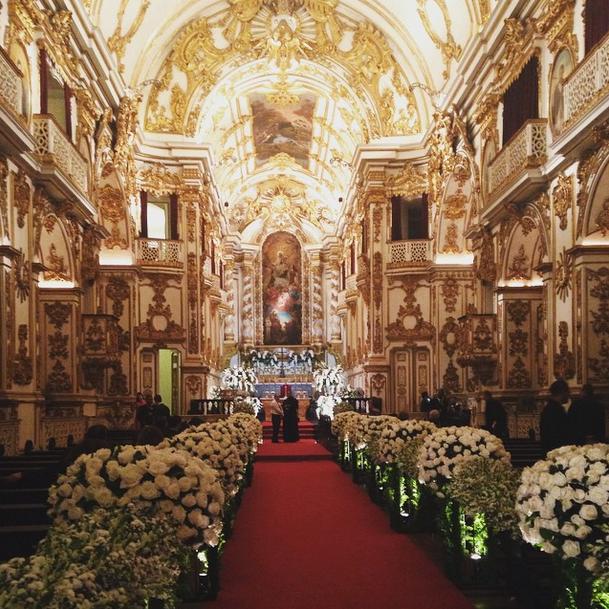 Detalhe da decoração da igreja, já pronta para o casamento de Preta e Rodrigo