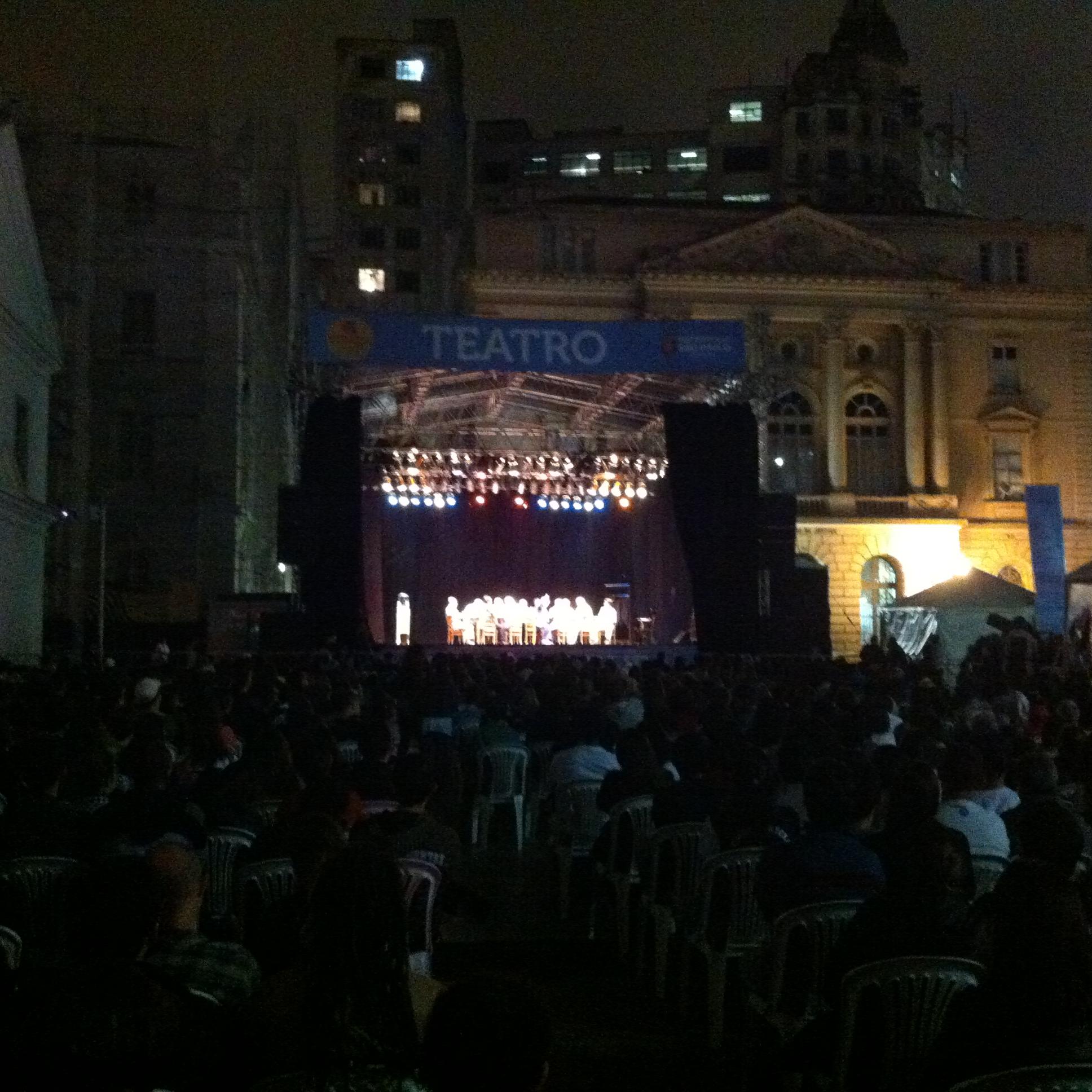"""Público acompanhou o espetáculo """"Doze Homens e Uma Sentença"""" no palco montado no Pátio do Colégio (Dirceu Alves Jr.)"""