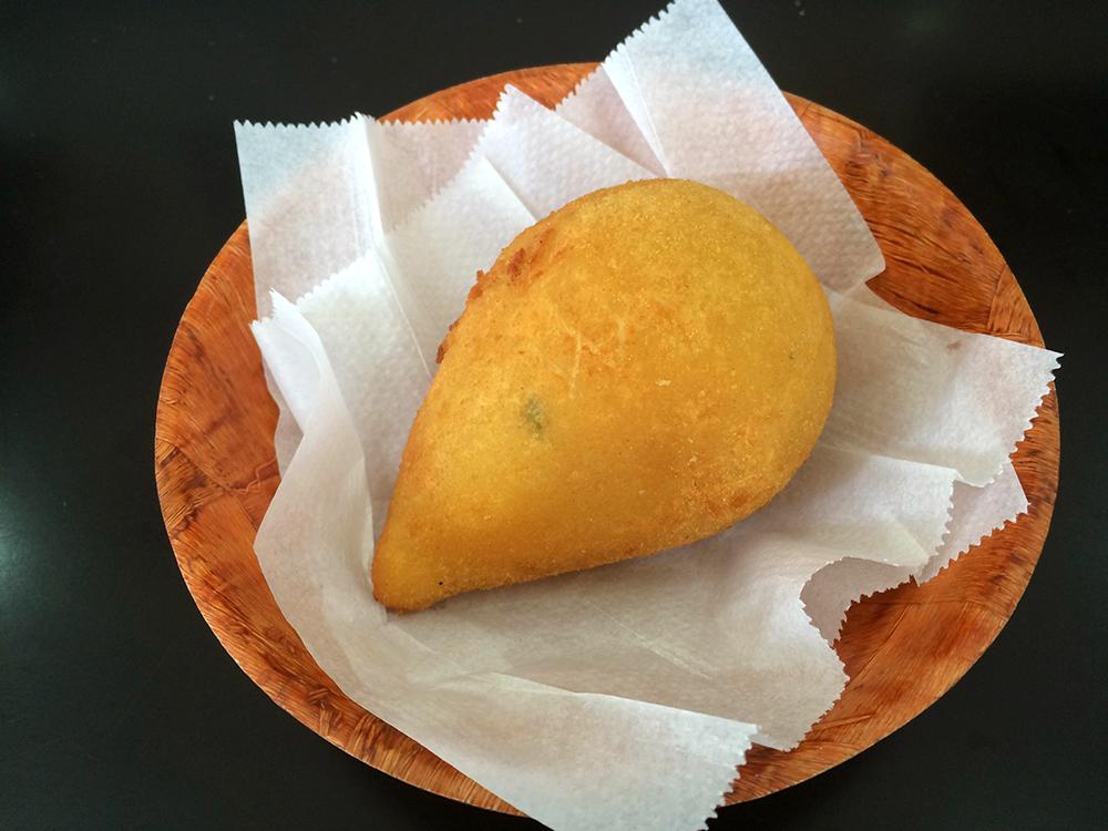 Praça Cheese: acertada coxinha de frango com catupiry (R$ 6,00) | Foto: Mariana Oliveira