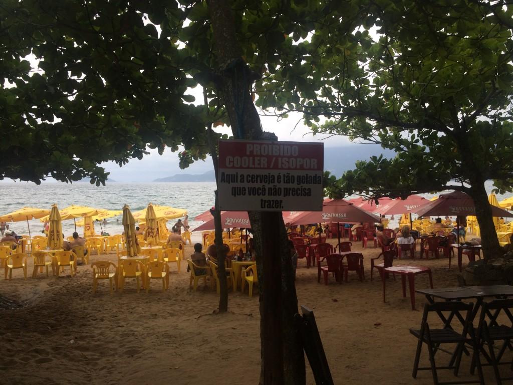 Uma das placas espalhadas pela praia do Curral (Foto: Fábio Lemos Lopes)