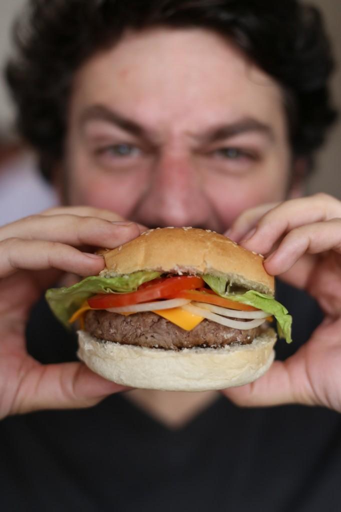 O proprietário Bruno Alves: das saladas aos hambúrgueres no mesmo espaço (Foto: divulgação)