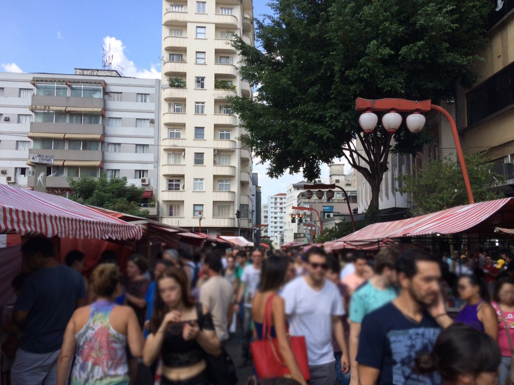 Feira da Liberdade: movimento intenso (foto: Fábio Galib)