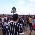Torcedores se aglomeram nos portões de entrada antes da partida