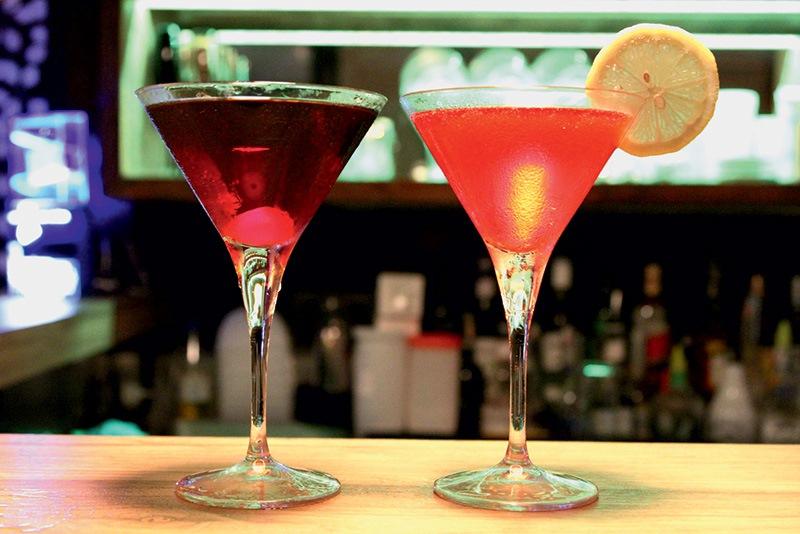 Os drinques manhattan e cosmopolitan do Laje Club