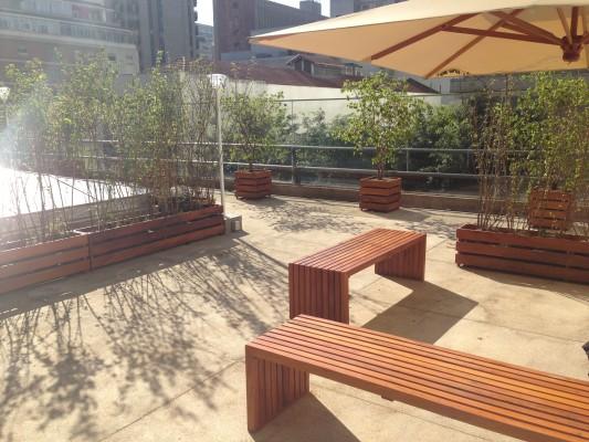 Área de convivência: plantas e bancos ao ar livre