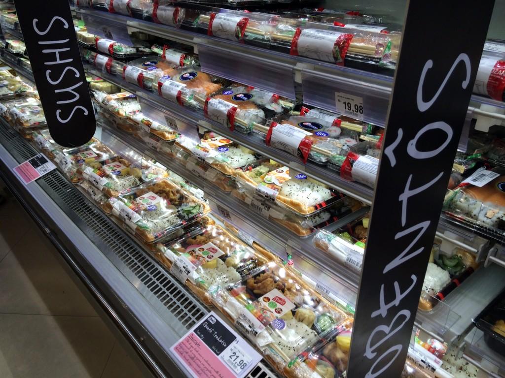 A gôndola refrigerada do Eldorado: obentôs e combinados de sushis (foto: Fábio Galib)