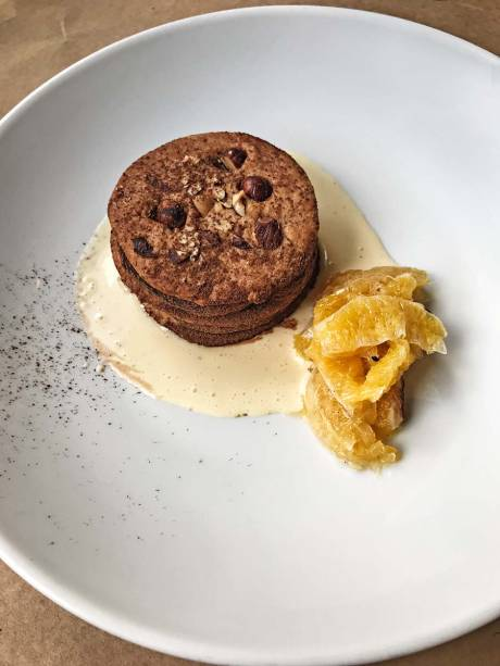 Novidade: torta de biscoito de avelã recheada de chocolate belga cremoso ao creme inglês com rum e laranja defumada