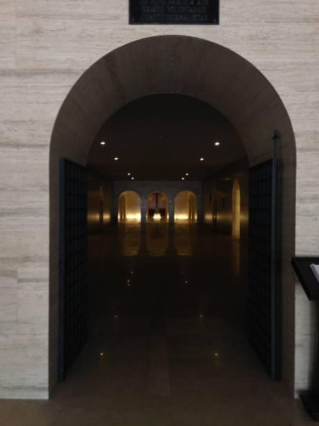 Um corredor escuro de luz baixa e tom sombrio
