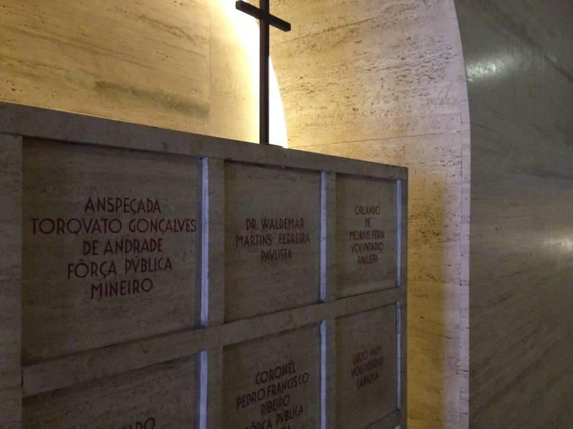 Recipientes de mármore guardam os restos mortais dos combatentes de 1932