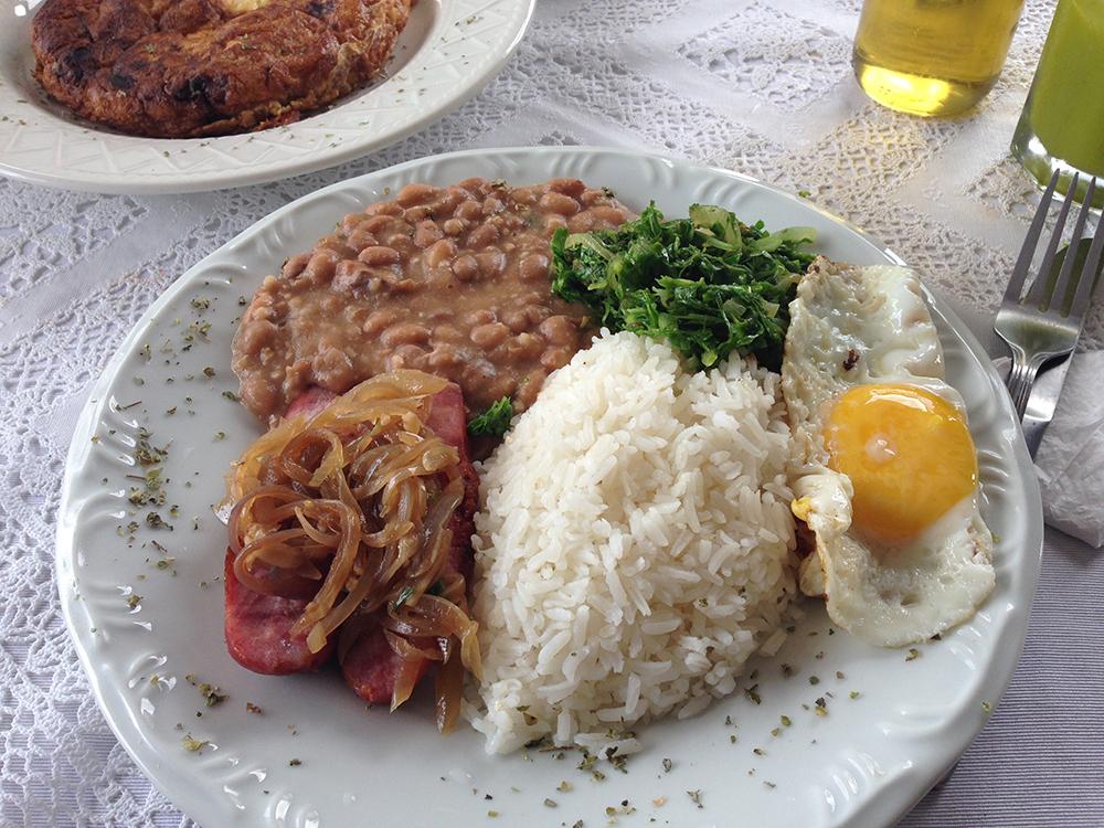A Pérola da Rocca: tutu de feijão servido com linguiça de forno, couve e ovo frito (Foto: Mariana Oliveira)