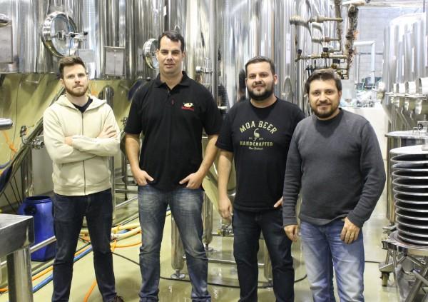 Adolfo Bandeira e Pedro Braga, sócios-proprietários do Bier Markt, entre Alejandro Winocur e Alessandro Oliveira, sócios-proprietários da Way Beer, na fábrica da cervejaria paranaense (Foto: Divulgação)