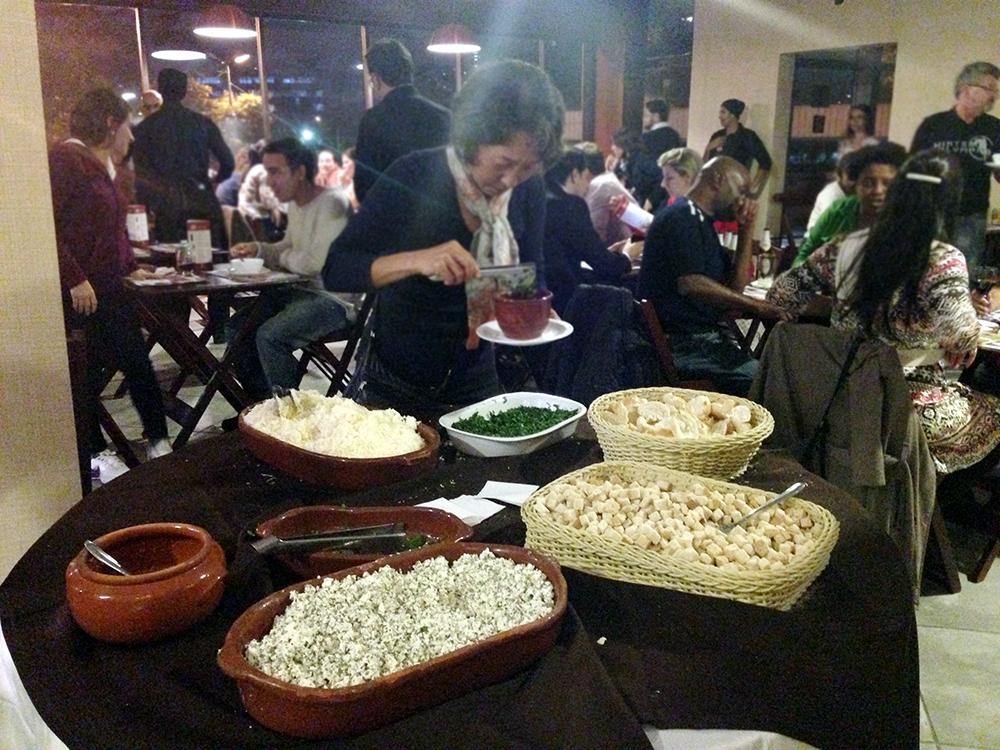 A mesa descuidada de complementos (Foto: Mariana Oliveira)