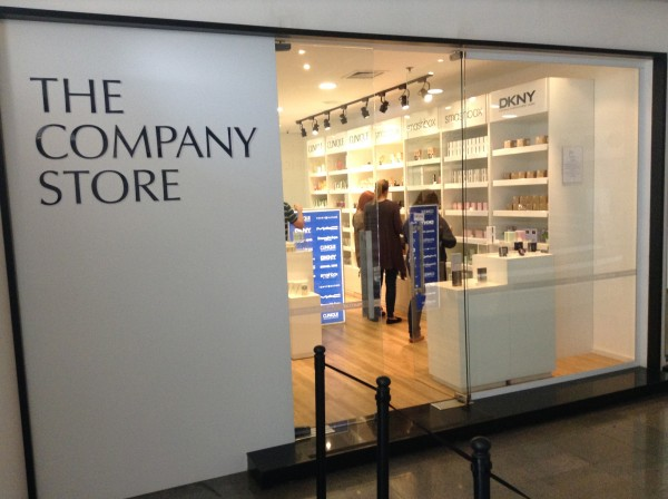 O exterior da loja The Company Store.