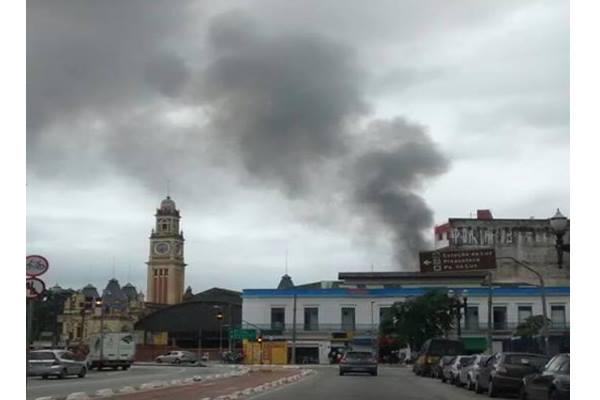 Fumaça no local do incêndio: Bombeiros afirmam que não houve vítimas (Foto: Kelviane Lima)