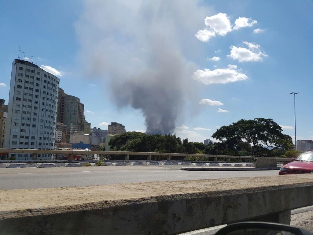 Fumaça do incêndio na UNIESP vista da Radial Leste (Foto: Tatiana Izquierdo)