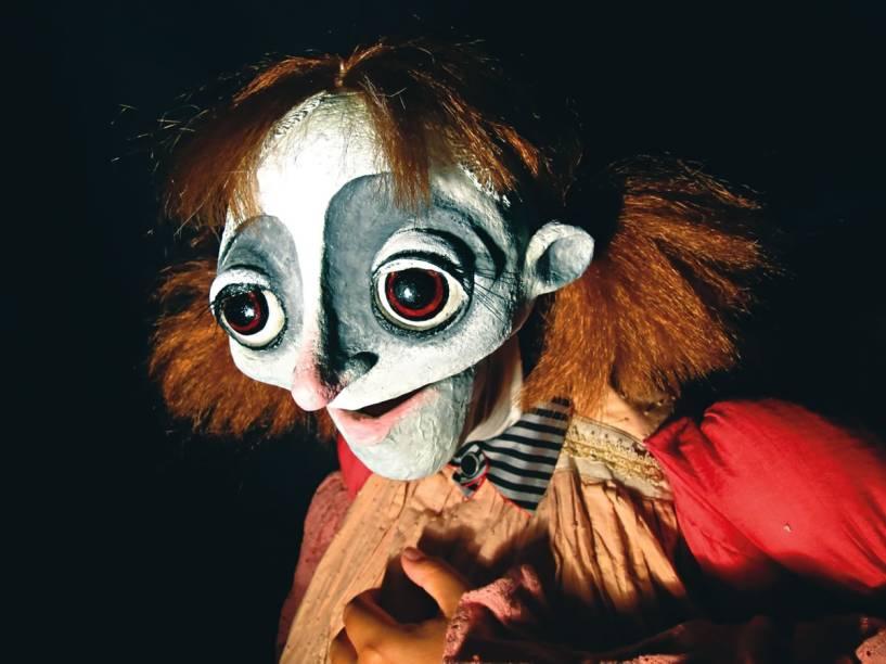 Esses Olhos Tão Grandes: sonhadora menina recruta empoeirados bonecos para narrar a história
