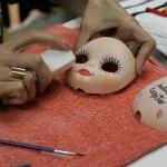 """Isabela Capeto usa a lixa para finalizar a customização: após a """"maquiagem"""", é usado um spray para fixar (Foto: Fernando Moraes)"""