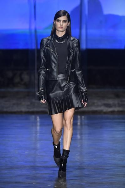 Isabeli Fontana desfila para Karl Lagerfeld for Riachuelo (Foto: Agência Fotosite/Divulgação)
