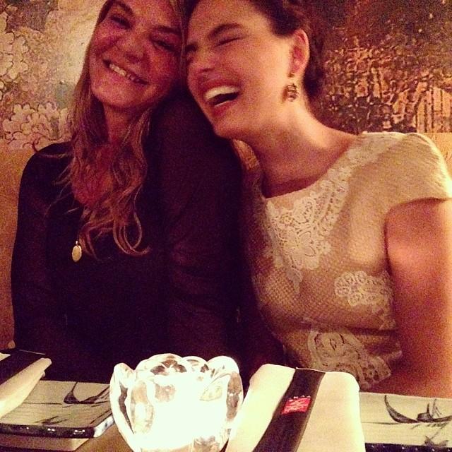 O delicioso riso de Isis Valverde no reencontro com a mãe