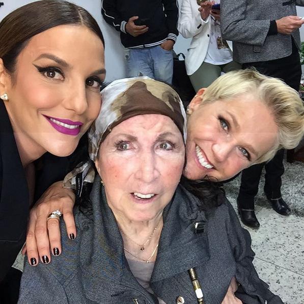 Ivete ao lado de Xuxa e a mãe, Dona Alda