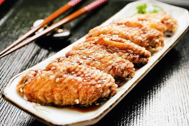 Asinhas de frango fritas: servidas com molho de soja no Izakaya Matsu