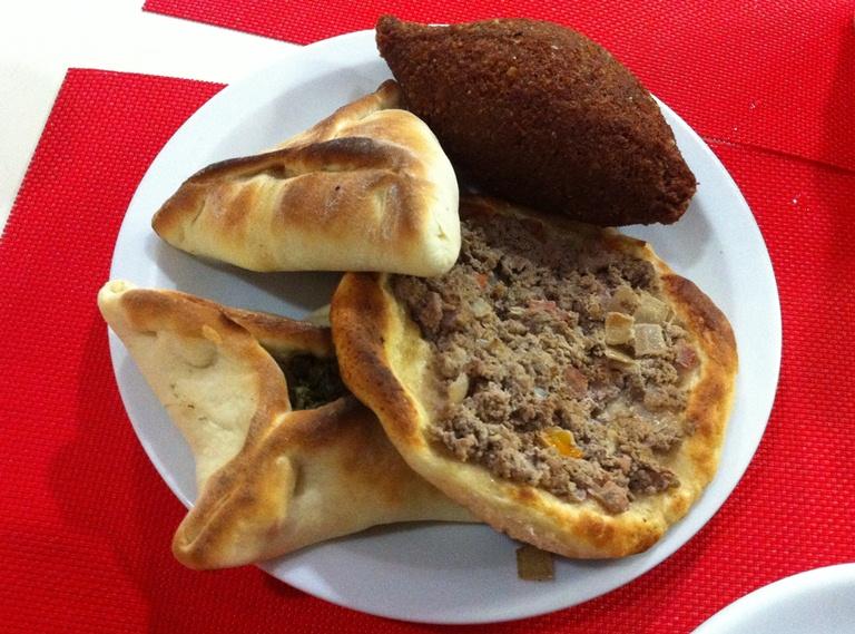 Salgadinho do Jacob Cozinha Árabe: o melhor é a esfiha aberta de carne