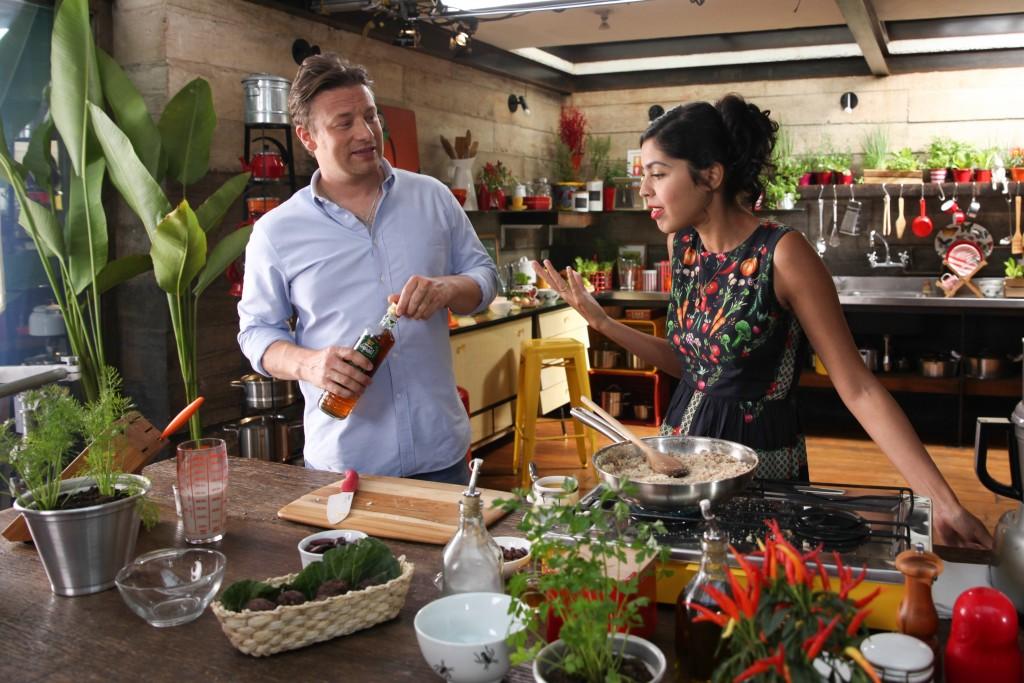 Jamie Oliver e Bela Gil em gravação especial em São Paulo: moqueca de jaca para inglês ver (Foto: Divulgação)