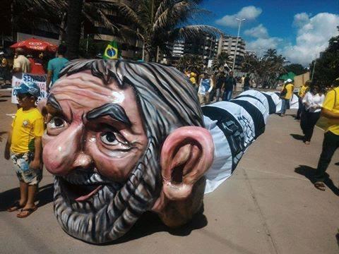 """Em Maceió: manifestantes criaram o boneco """"jararaco"""", com cabeça de Lula e corpo de cobra (Foto: Reprodução/Facebook)"""