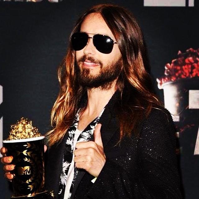 """Jared Leto com seu """"troféu"""" de melhor transformação"""