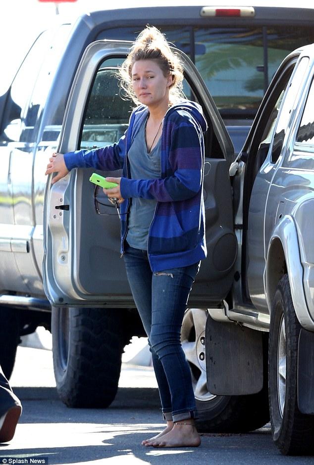 Jasmine chega à casa dos pais de Paul Walker