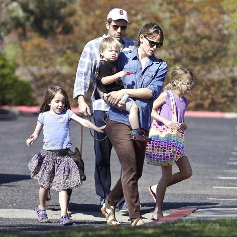 Papai Ben Affleck protege a mamãe Jennifer Garner mais os filhos Violet, Seraphina e Samuel