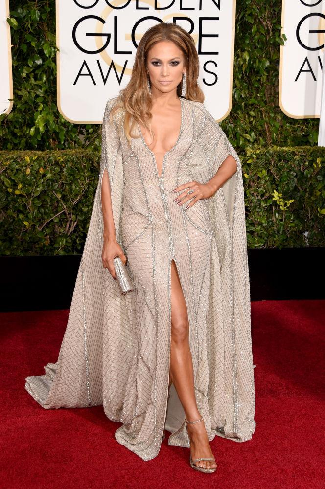 A cantora e atriz Jennifer Lopez veste longo decotado e com fenda da grife Zuhair Murad. Detalhe também para a calda (Foto: Reprodução/Fashionista)