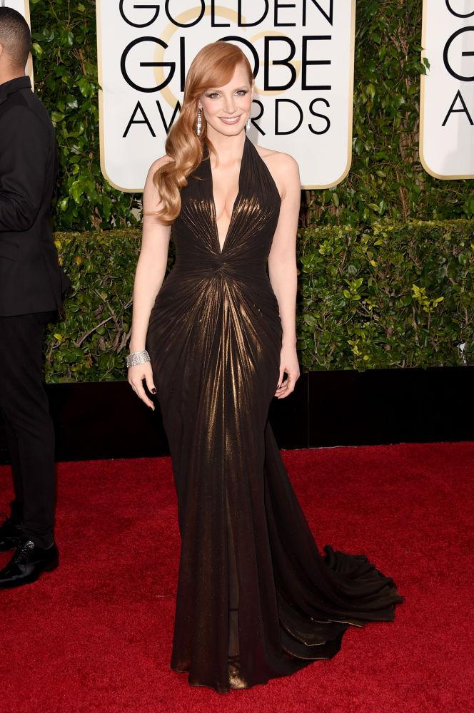Jessica Chastain escolheu um decote generoso, quase até o umbigo, da grife Atelier Versace (Foto: Reprodução/Fashionista)