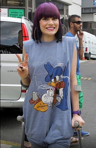 Jessie J. desfilou com os cabelos em tom roxo intenso (Foto: Reprodução)