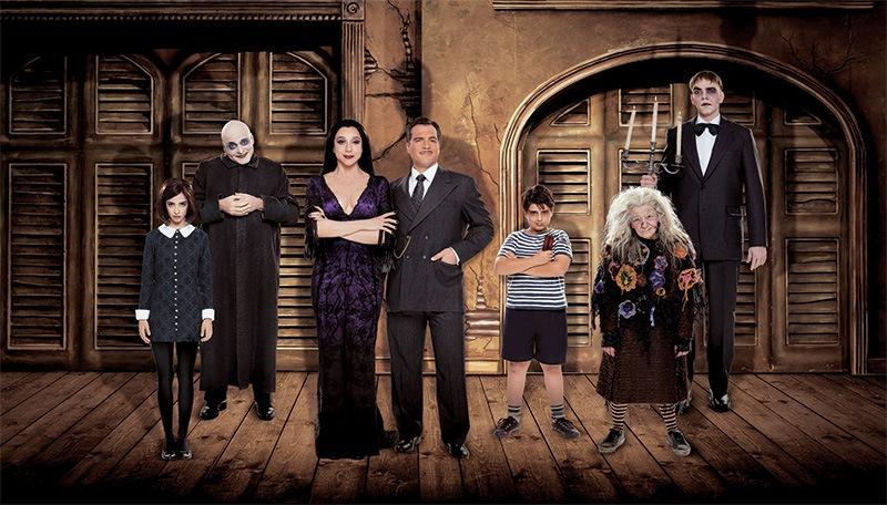 O elenco do musical A Família Addams, liderado por Marisa Orth e Daniel Boaventura (no centro)
