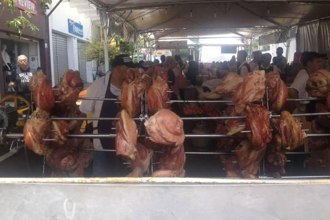 joelhos-de-porco-sendo-assados