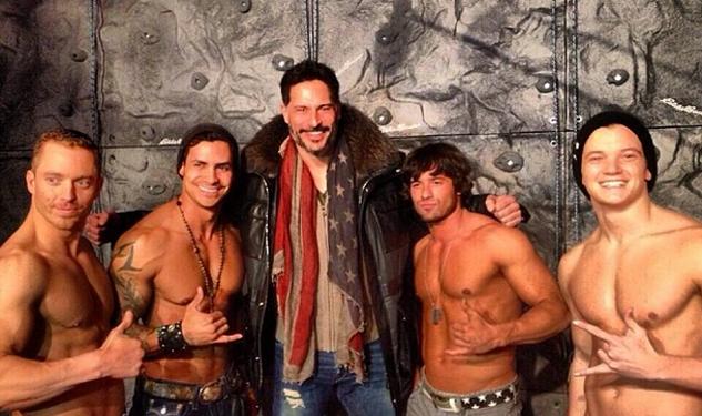 Joe Manganiello (no centro) com os strippers de La Bare