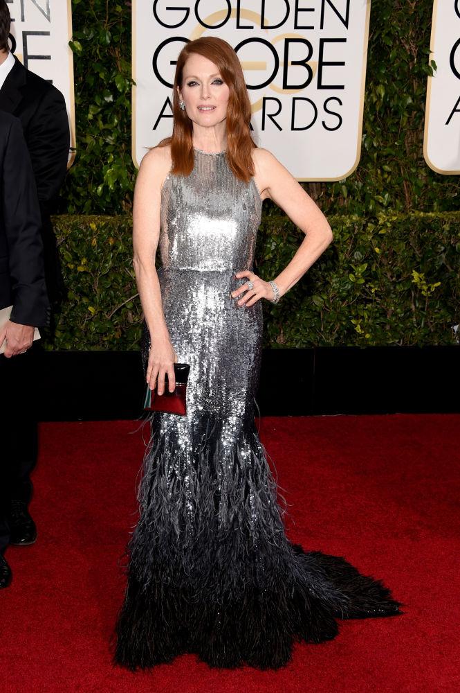Julianne Moore escolheu vestido silver metalizado com barra em plumas da grife Givenchy Couture (Foto: Reprodução/Fashionista)