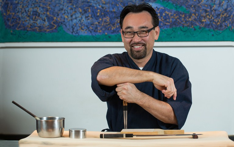 Jun Sakamoto, do Junji: serve o bentô box (35 reais) em tamanho reduzido, com seis sushis prensados e quatro uramakis (Foto: Wanezza Soares)