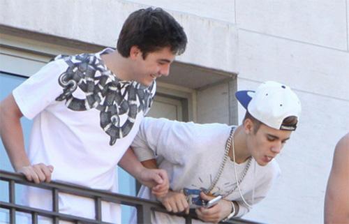 Justin Bieber é flagrado cuspindo em fãs da sacada de hotel | VEJA SÃO PAULO