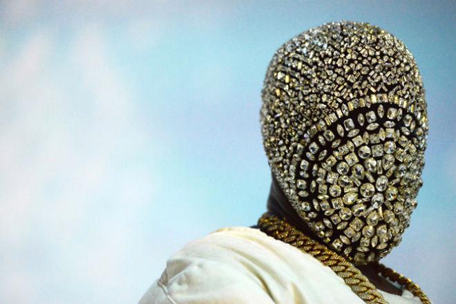 O rapper Kanye West com uma das máscaras da Maison Matin Margiela durante a turnê 'Yeezus': novo disco a caminho